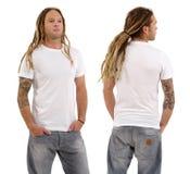 Mann mit leerem weißem Hemd und Dreadlocks Stockfotografie