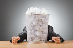 Mann mit Lots gevergeudetem Papier Lizenzfreie Stockfotos