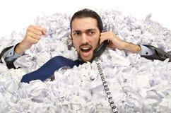 Mann mit Lots zerknittertem Papier Stockfoto