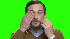 Mann mit müden Augen stock footage