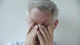 Mann mit müden Augen stock video