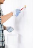 Mann mit Malerpinsel und Topf Stockbilder