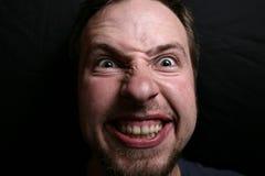 Mann mit maniacal Grinsen lizenzfreie stockfotos