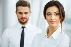 Mann mit Megaphon, Dame mit Kaffee Glückliche lächelnde Leute, die in Folge im Büro stehen Lizenzfreie Stockbilder