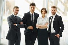 Mann mit Megaphon, Dame mit Kaffee Glückliche lächelnde Leute, die in Folge im Büro stehen Stockbilder