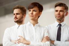 Mann mit Megaphon, Dame mit Kaffee Glückliche lächelnde Leute, die im Büro stehen Lizenzfreie Stockfotos