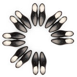 Mann mit Megaphon, Dame mit Kaffee Men& x27; s-Schuhe befinden sich in Form eines Kreises Ein Paar ist abwesend Stockbild