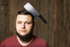 Mann mit Messer im Kopf Stockfotos