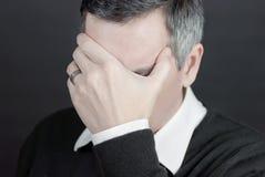 Mann mit Migräne deckt Augen ab Lizenzfreie Stockfotografie