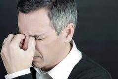Mann mit Migräne hält Brücke der Wekzeugspritze an Lizenzfreie Stockfotos
