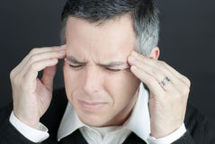 Mann mit Migräne hält Tempel an Stockbilder