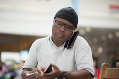 Mann mit Mobiltelefon lizenzfreies stockfoto
