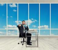 Mann mit Mobiltelefon im Büro Lizenzfreie Stockbilder
