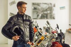 Mann mit Motorrad Stockfoto