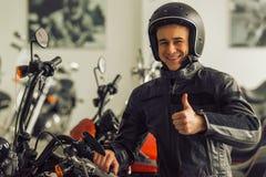 Mann mit Motorrad Stockbilder