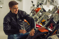 Mann mit Motorrad Lizenzfreies Stockbild
