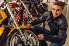 Mann mit Motorrad Lizenzfreies Stockfoto