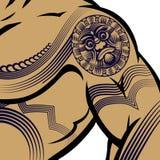 Mann mit Muskeln mit polynesischer Tätowierung Stockbild