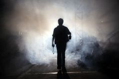 Mann mit Nebel Lizenzfreies Stockbild