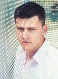 Mann mit Nettoschatten auf Gesichtshaut Modernes Hemd der Machoabnutzung am sonnigen Tag H?bscher Kerl mit dem stilvollen Haar im lizenzfreie stockfotos