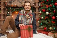 Mann mit neues Jahr ` s Geschenken Lizenzfreies Stockfoto