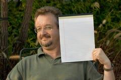 Mann mit Notizblock Lizenzfreie Stockfotos