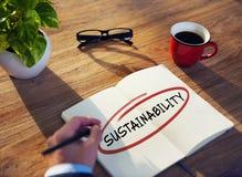 Mann mit Notizblock und Nachhaltigkeits-Konzept Stockbild