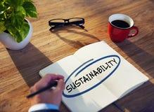 Mann mit Notizblock und Nachhaltigkeits-Konzept Stockbilder