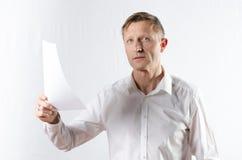 Mann mit Papier Stockfoto