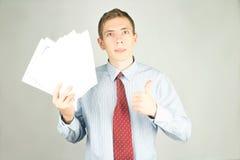 Mann mit Papier Stockfotografie