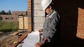 Mann mit Papierentwurf im Gebäude im Bau stock video