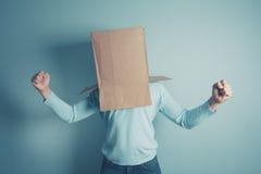 Mann mit Pappschachtel auf seinem Kopf ist aufgeregt Lizenzfreie Stockbilder