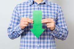 Mann mit Pfeil zeigend auf den Abstieg Lizenzfreie Stockbilder