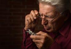 Mann mit Pillen Lizenzfreie Stockfotos