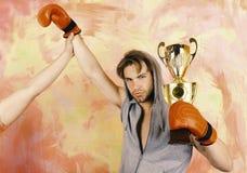 Mann mit Preis auf buntem Hintergrund Boxer mit ernstem Gesicht lizenzfreie stockfotos
