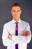 Mann mit purpurroter Bindung Stockbild