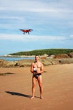 Mann mit quadcopter Stockfoto