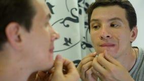 Mann mit queezing Pickeln der Problem-Haut stock video
