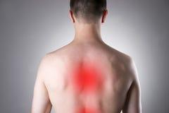 Mann mit Rückenschmerzen Schmerz im menschlichen Körper stockfotografie
