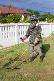 Mann mit Rasenmäher Lizenzfreie Stockfotografie