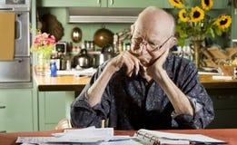 Mann mit Rechnungen Lizenzfreies Stockfoto