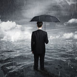 Mann mit Regenschirm Stockbild