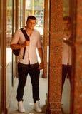 Mann mit Reisetasche auf sonnigem im Freien Macho auf moderne Hemd- und Jeansmode Art und Weisebaumuster auf Straße stattlich lizenzfreies stockbild