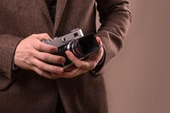 Mann mit Retro- Kamera im Tweedweinlesekleid Lizenzfreie Stockbilder