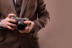 Mann mit Retro- Kamera im Tweedweinlesekleid Stockfotografie