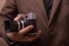 Mann mit Retro- Kamera im Tweedweinlesekleid Lizenzfreie Stockfotografie