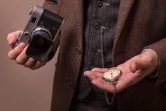 Mann mit Retro- Kamera im Tweedweinlesekleid Lizenzfreie Stockfotos