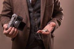 Mann mit Retro- Kamera im Tweedweinlesekleid Stockfotos