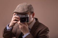 Mann mit Retro- Kamera im Tweedweinlesekleid Lizenzfreies Stockbild