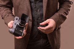 Mann mit Retro- Kamera im Tweedweinlesekleid Stockbild
